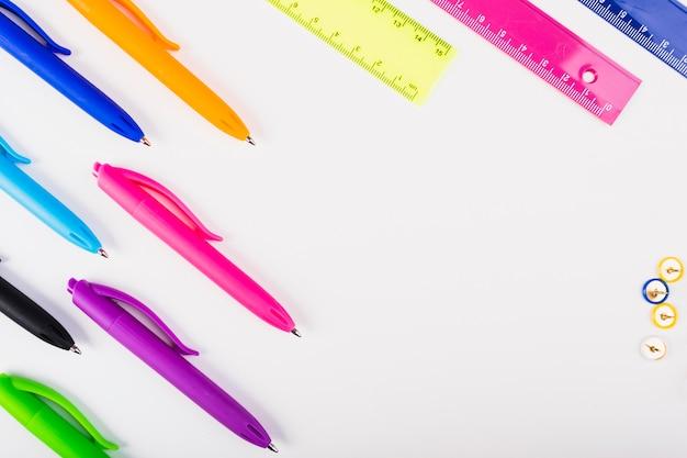 Les stylos et les règles colorés se trouvent en diagonale Photo gratuit