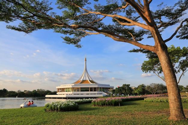 Suan Luang Rama Ix, Un Parc Où Les Habitants De Bangkok Peuvent Se Détendre Et Faire De L'exercice Photo Premium
