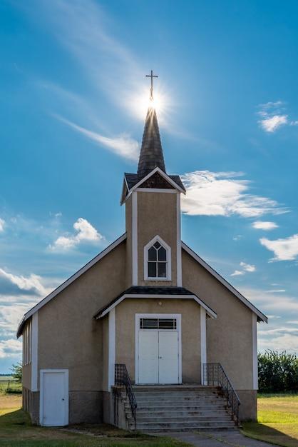 Suburst Sur Le Clocher De L'église Luthérienne Historique Nordland En Saskatchewan, Canada Photo Premium