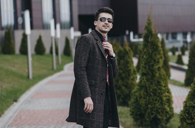 Succès Bel Homme Avec Des Lunettes Et Un Manteau. Homme D'affaire Photo Premium