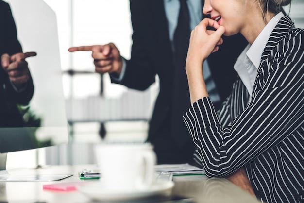 Succès de deux hommes d'affaires discutant et travaillant avec ordinateur de bureau. gens d'affaires planifiant et remue-méninges au bureau moderne. concept de travail d'équipe Photo Premium