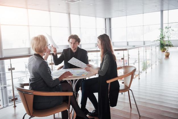 Succès du travail d'équipe. photo jeunes chefs d'entreprise travaillant avec le nouveau projet de démarrage dans le bureau. Photo Premium