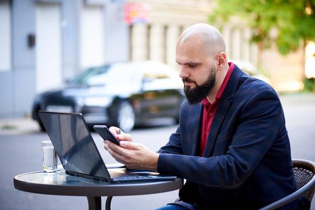 Succès jeune homme travaille dans un café. Photo Premium