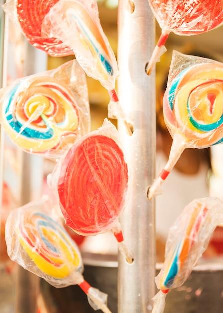 Sucettes colorées dans des emballages en plastique Photo gratuit