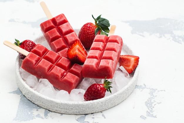 Sucettes glacées à la fraise Photo Premium