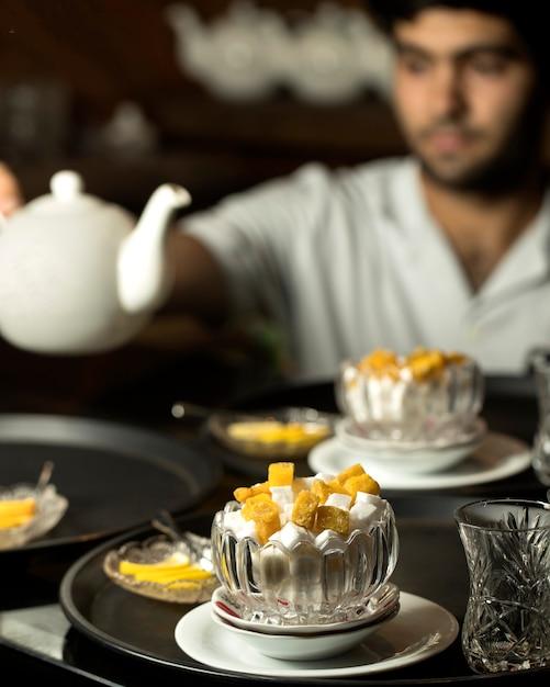 Sucre blanc et jaune dans un vase Photo gratuit