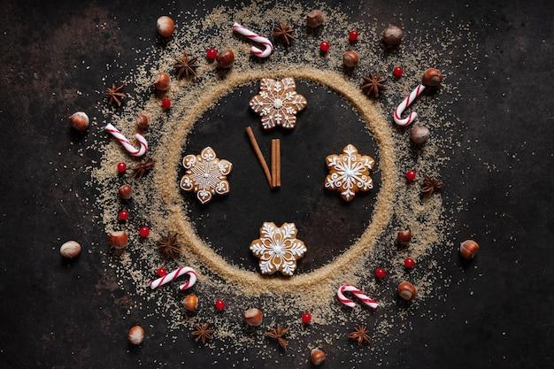 Sucre brun, pain d'épice et épices de noël sous la forme d'un cadran de montre, douze heures moins le, réveillon de noël, nouvel an, Photo Premium