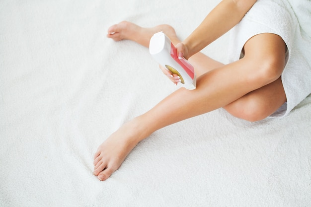 Sugaring: épilation au sucre liquate aux jambes Photo Premium