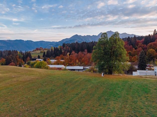 Suisse, montagnes alpines, coucher de soleil, paysage d'été Photo Premium
