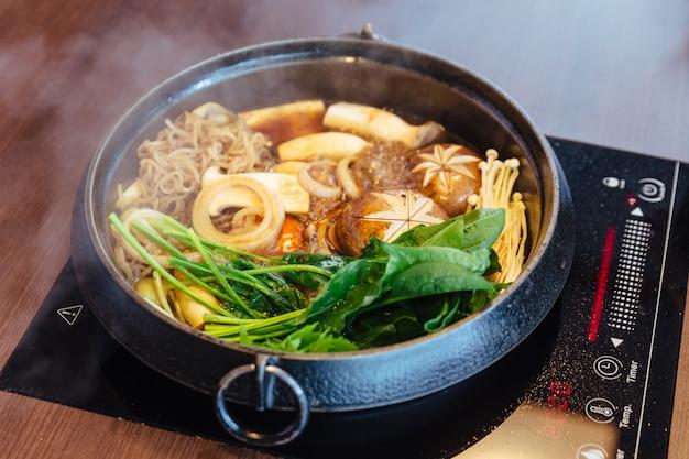 Sukiyaki marmite avec légumes bouillants Photo Premium