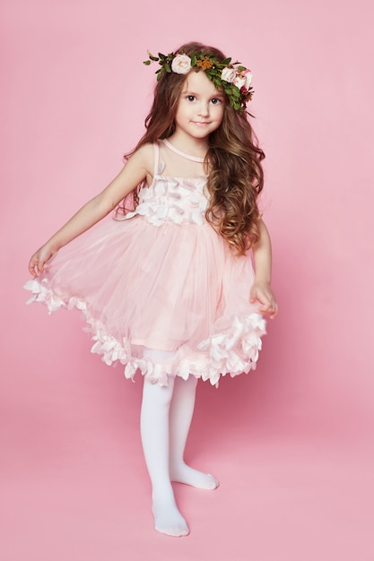 Summer girl bright look beaux vêtements. fleurs Photo Premium