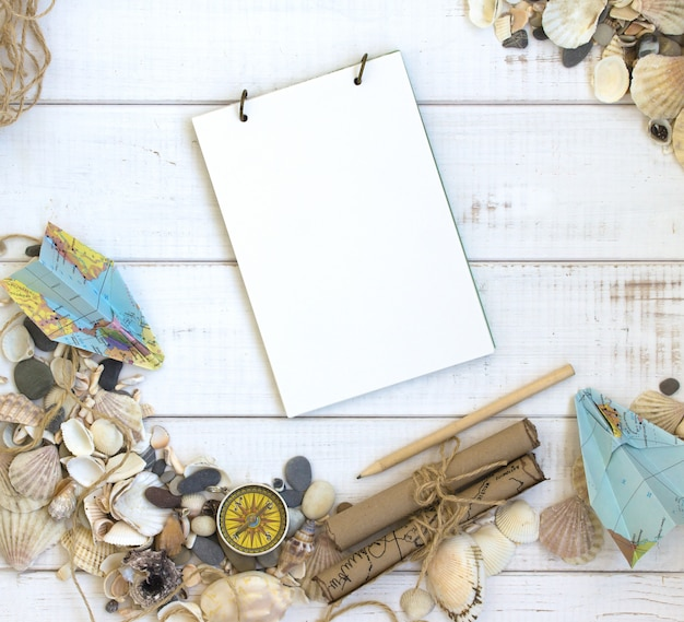 Summer Time Sea Vacation, Fond Blanc En Bois De Coquillages, Carnet De Voyage, Carte Photo Premium