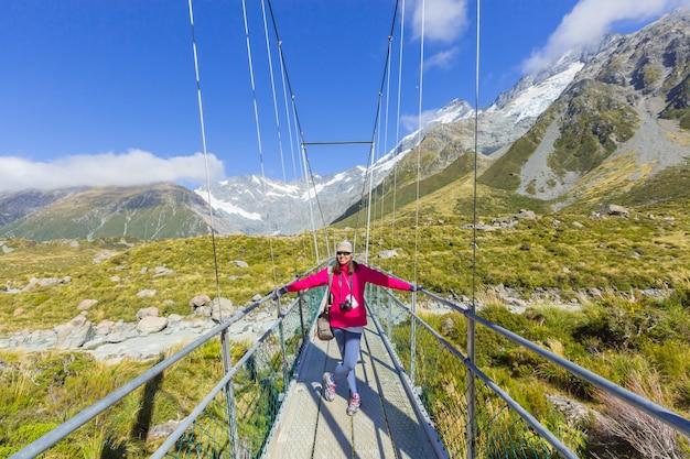 Summertime, femme asiatique profiter de voyage au parc national du mont cook dans le sud de l'île nouvelle-zélande Photo Premium