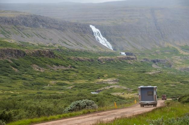 Summertime, vue du camping-car aller à la cascade dynjandi Photo Premium