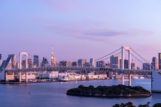 Sunrise tokyo tower et rainbow bridge Photo Premium