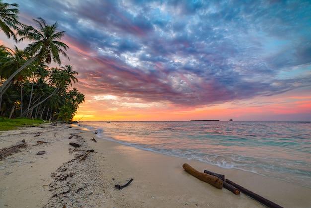 Sunriset Ciel Dramatique Sur Mer, Plage De Désert Tropical, Aucun Peuple, Nuages Orageux Photo Premium