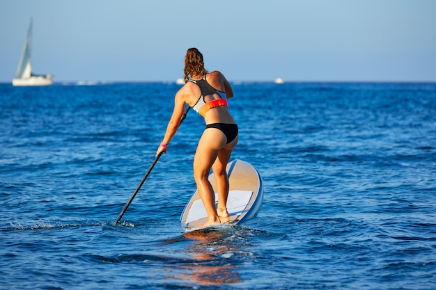 Sup stand up surf girl avec paddle Photo Premium