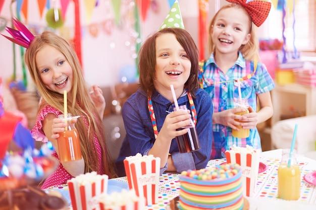 Super Fête Pour Ces Enfants Photo gratuit