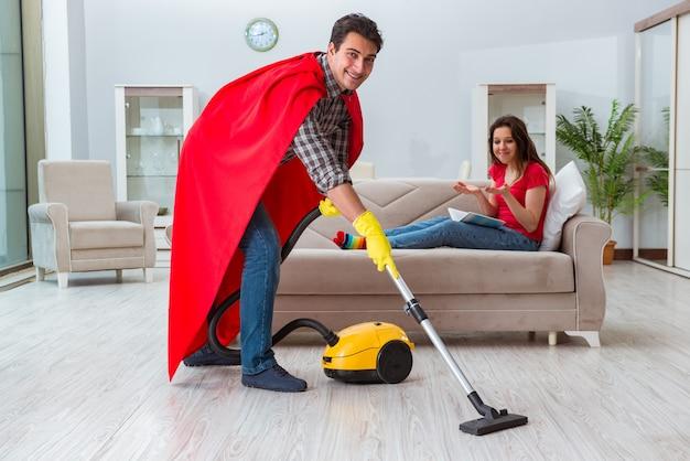 Super-héros mari aide sa femme à la maison Photo Premium