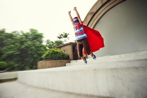 Super-héros petit garçon imagination liberté bonheur concept Photo Premium