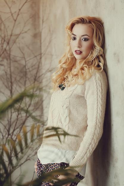 Superbe Femme Blonde En Pull Beige Photo gratuit