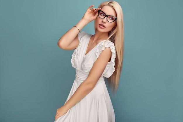 Superbe Femme Blonde Sensuelle En Robe Blanche Fashion Photo Premium