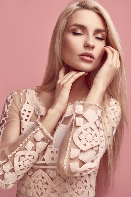 Superbe femme blonde sensuelle en robe rose fashion Photo Premium