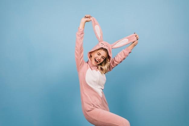 Superbe Femme En Costume De Lapin Tenant De Longues Oreilles Photo gratuit