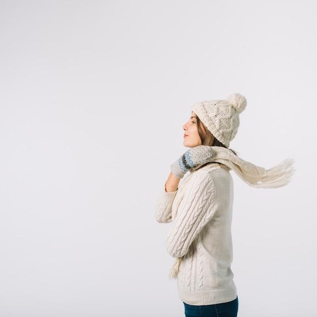 Superbe femme enveloppant une écharpe autour du cou Photo gratuit