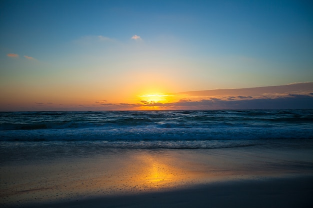 Superbe magnifique coucher de soleil sur une plage exotique au mexique Photo Premium