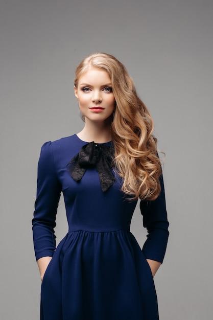 Superbe Modèle Mince En Robe Bleu Vif Et Talons Noirs. Photo Premium