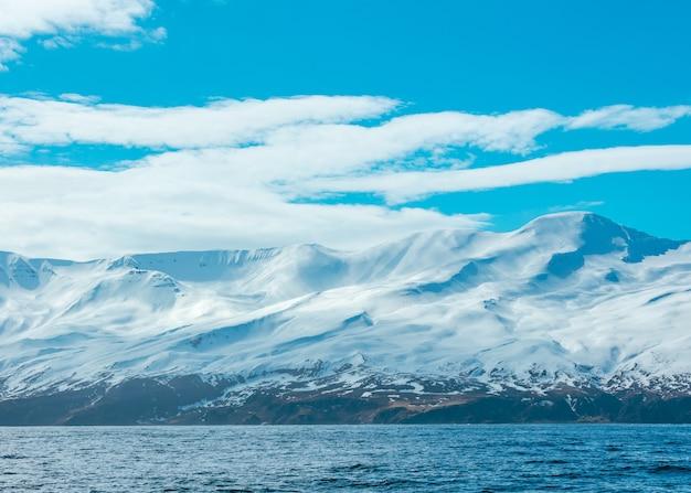 Superbe Photo De Montagnes Enneigées Et De La Mer Photo gratuit