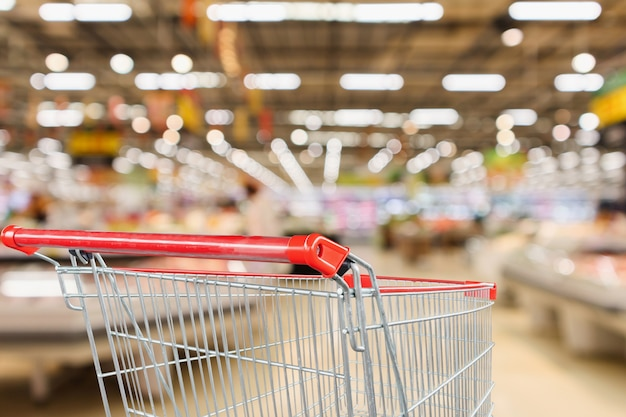Supermarché épicerie Avec étagères De Fruits Et Légumes Fond Défocalisé Intérieur Avec Panier Rouge Vide Photo Premium