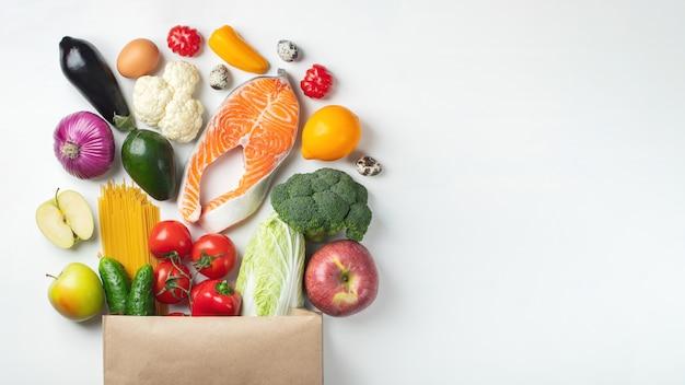 Supermarché. sac en papier rempli d'aliments sains. fond Photo Premium