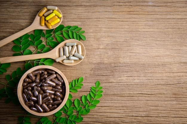 Suppléments naturels, vitamines ou médicaments biologiques, capsules, pilules à base de plantes à partir d'herbes Photo Premium