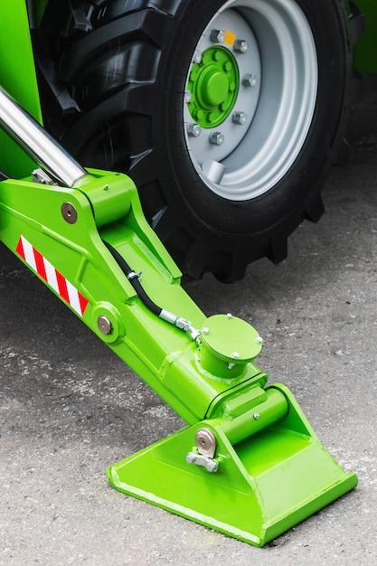 Support de grue hydraulique. le support de la grue hydraulique est sur du gravier Photo Premium