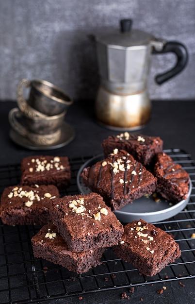 Support De Refroidissement à Angle élevé Avec Brownies Et Bouilloire Photo gratuit