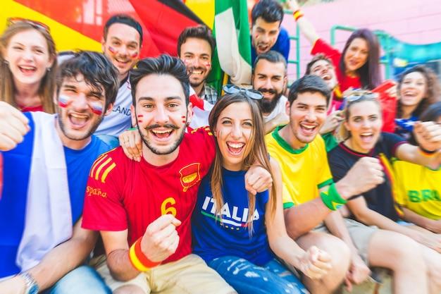 Les supporters de football réunis au stade pendant un match Photo Premium