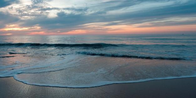 Surf sur la plage, sayulita, nayarit, mexique Photo Premium