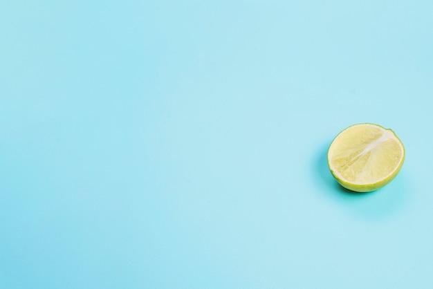 Surface Bleue à Demi Citron Photo gratuit