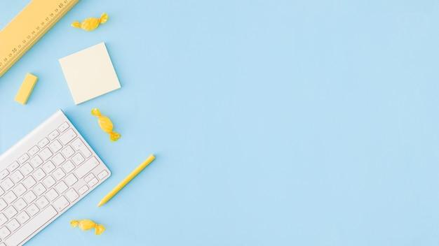 Surface bleue avec des outils d'étude Photo gratuit