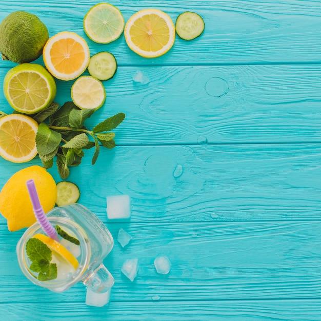 Surface en bois bleu avec citrons et limes Photo gratuit