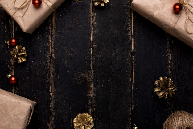 Surface En Bois Avec Des Cadeaux De Noël Avec Un Décor De Nouvel An Photo Premium