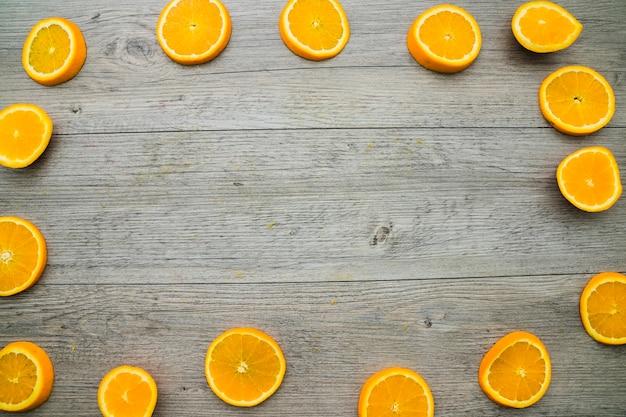 Surface en bois avec cadre en raies d'orange Photo gratuit