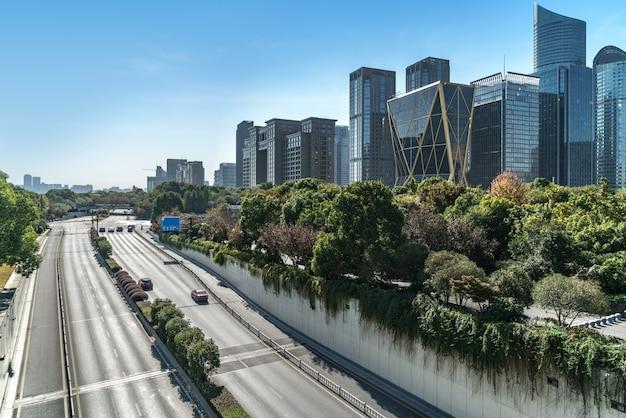 Surface du sol de la route vide avec les bâtiments emblématiques de la ville moderne de hangzhou bund skyline, zhejiang, chine Photo Premium