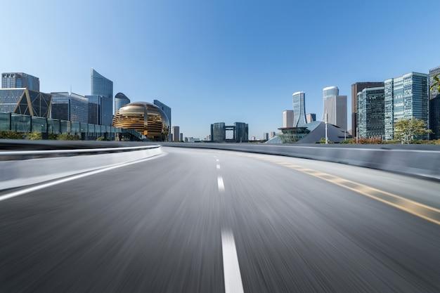 Surface du sol de la route vide avec des bâtiments emblématiques de la ville moderne Photo Premium