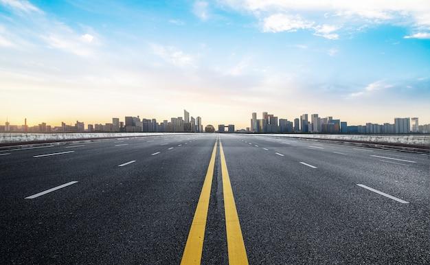 Surface du sol de la route vide avec la ville moderne Photo Premium
