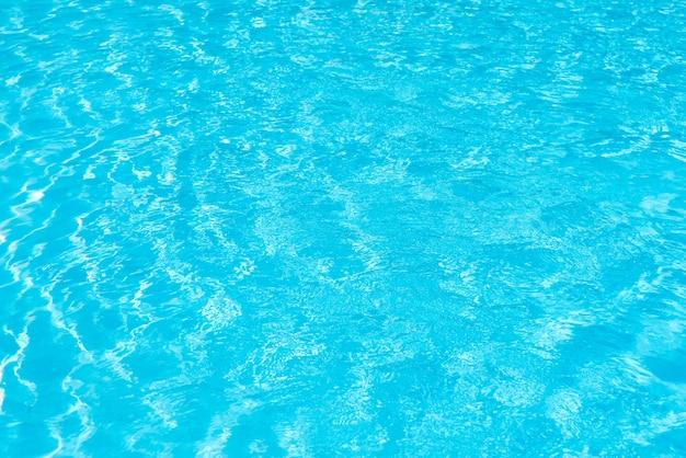 Surface de l'eau de piscine avec des reflets lumineux étincelants Photo gratuit