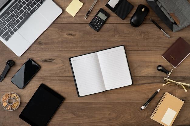 Surface de la liste des objets accessoires entreprise plat poser sur une table en bois Photo Premium