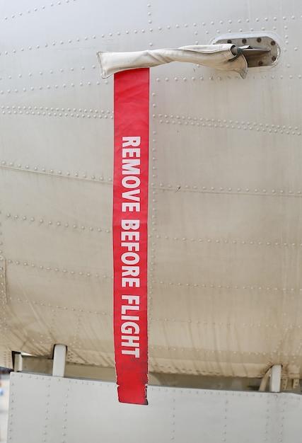 Surface métallique des avions militaires avec ruban rouge Photo Premium